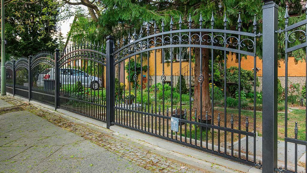Der Schmiedeeisen-Zaun mit dekorativen Zaunelementen